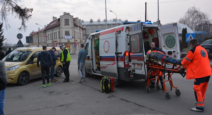Zdarzenia, potrącił przebiegającego przez jezdnię młodego mężczyznę - zdjęcie, fotografia