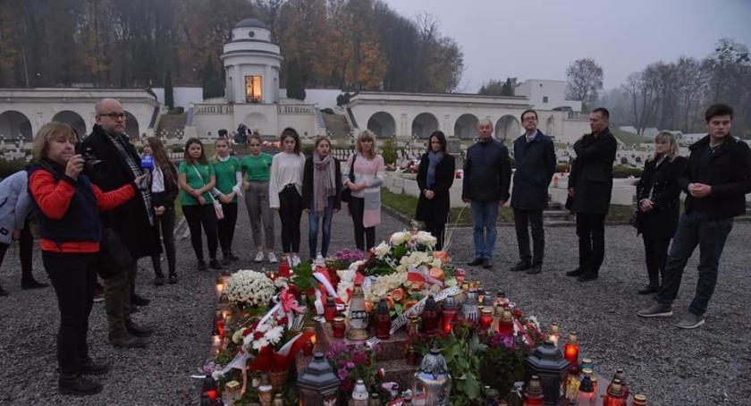 Ludzie, posłanką konsulem zapalili znicze grobach Polaków - zdjęcie, fotografia