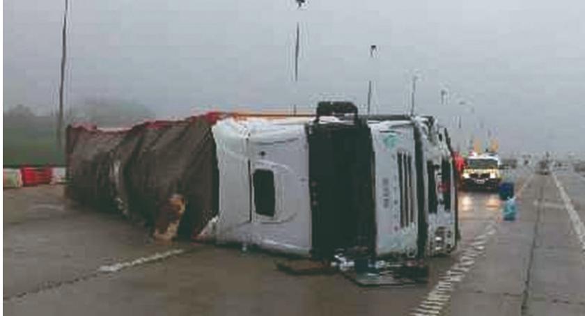 Zdarzenia, przewrócił autostradzie - zdjęcie, fotografia