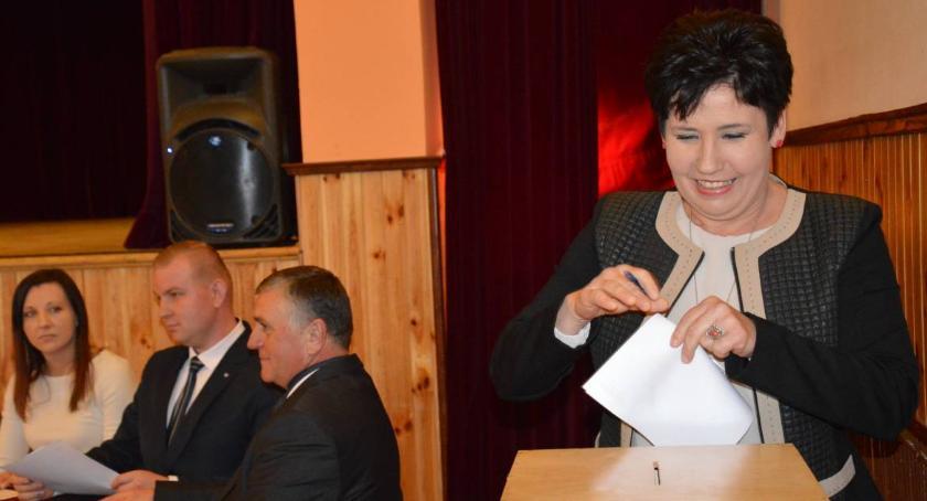 Samorząd, Radna Potyrała kopanie koniem - zdjęcie, fotografia