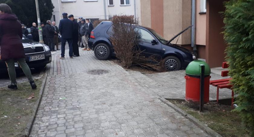 Samochód wjechał w rodzinę w przechodzącą przed blokiem