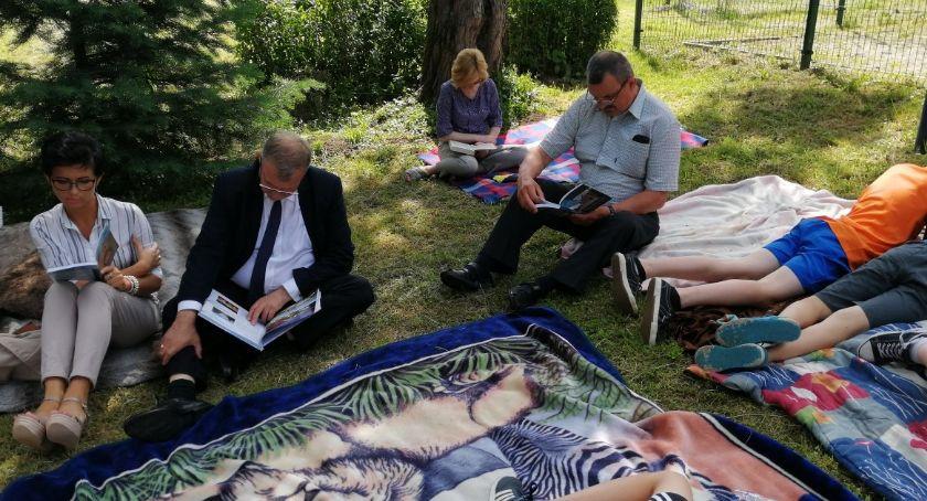 Razem czytali w ogrodzie