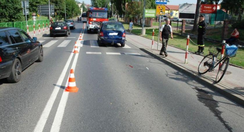 Rowerzysta uderzył w auto i trafił do szpitala
