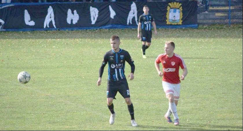 Piłka nożna, Jubileuszowe zwycięstwo wiceliderem - zdjęcie, fotografia