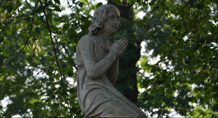 Samorząd, będą kwestować ratowanie zabytków cmentarzy - zdjęcie, fotografia