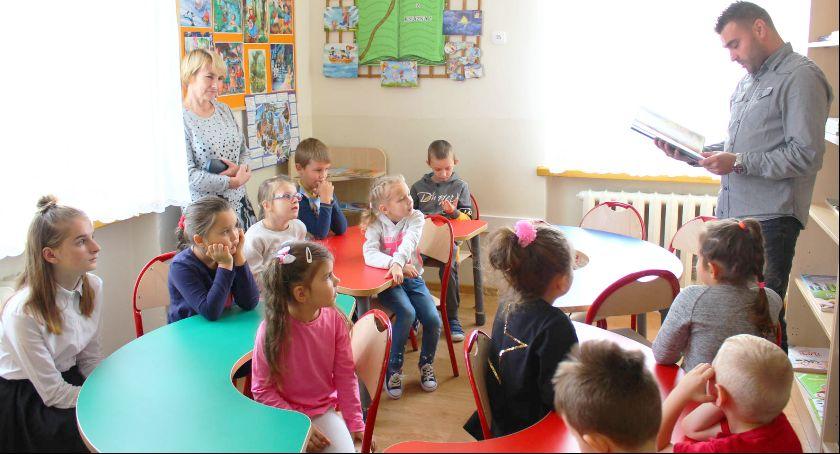 Szkoły podstawowe, Biblioteka szkole Pełkiniach - zdjęcie, fotografia
