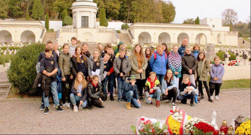 Ludzie, Uczniowie zawieźli tysiące zniczy - zdjęcie, fotografia