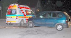Kierowca renault uderzył w bok karetki
