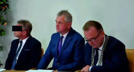 Zarzuty dla sekretarza Sieniawy, urzędnika ratusza oraz dwóch biznesmenów