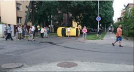 Fiat dachował na skrzyżowaniu ul. Legionów i Paderewskiego