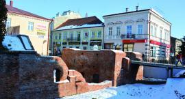 Do Bramy Krakowskiej leje się woda