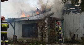 Trwa dogaszanie pożaru drewnianego domu przy ul. Dojazdowej
