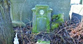Podrzucony nagrobek na cmentarzu