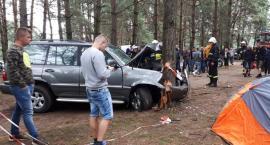 Toyota wjechała w drzewo, wcześniej uszkodziła trzy motocykle