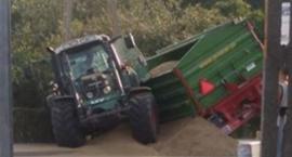 Traktor z dwiema przyczepami wjechał do rowu