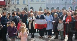 Mieszkańcy zorganizowali się sami i odśpiewali o g. 12 hymn wraz z całą Polską