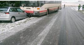 Zderzenie seata z autobusem na śliskiej jezdni