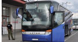 Pasażer autobusu leżał obok kałuży krwi
