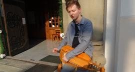 Piotr Wawrzkiewicz poszukuje ulotnych druków z pieśniami