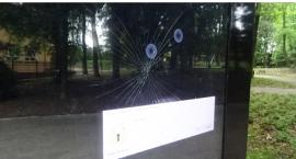 Uszkodzony infokiosk w parku miejskim