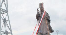 Przy monumentalnym krzyżu stanął pomnik Jana Pawła II