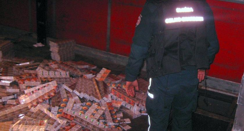 Kronika kryminalna, Chciał przemycić ponad paczek papierosów [FOTO] - zdjęcie, fotografia