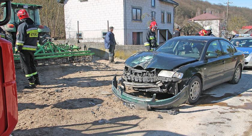 Wypadki drogowe, Pniewo Passat zderzył ciągnikiem Jedna osoba szpitalu [FOTO] - zdjęcie, fotografia
