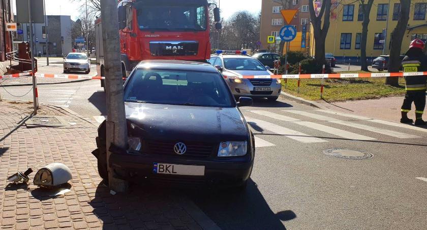 Wypadki drogowe, Łomża Volkswagen uderzył latarnię Placu Niepodległości [FOTO] - zdjęcie, fotografia