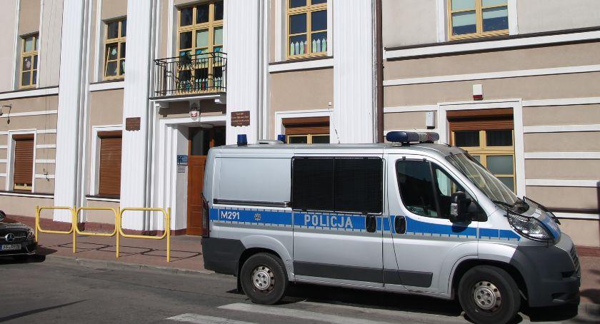 Komunikaty policji , Szkoły zaplombowane pilnowane przez policję! [FOTO] - zdjęcie, fotografia