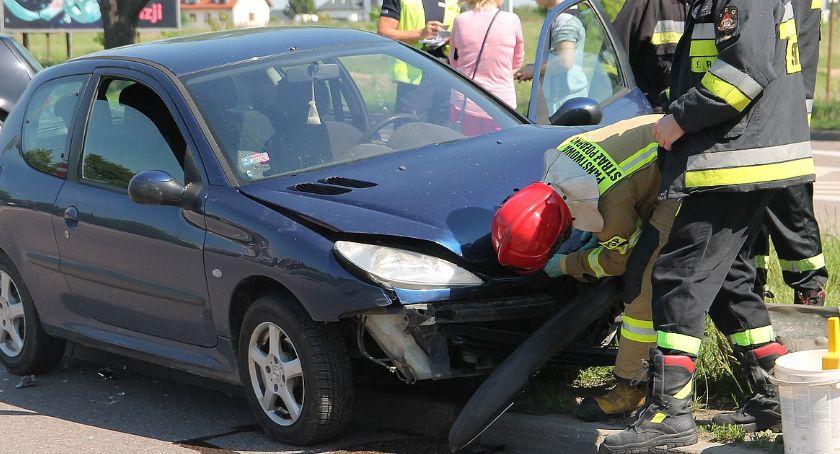 Wypadki drogowe, Łomża Zderzenie osobówek skrzyżowaniu [FOTO] - zdjęcie, fotografia