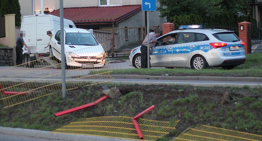 Wypadki drogowe, Łomża Skasowane barierki uszkodzony peugeot [FOTO] - zdjęcie, fotografia