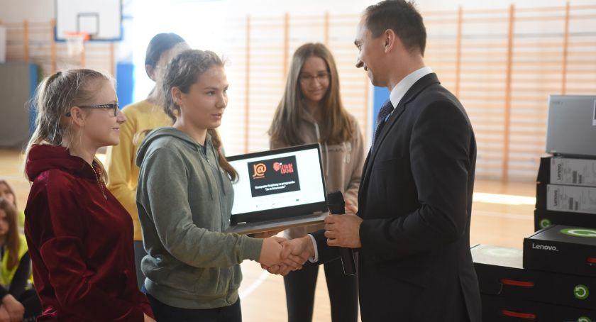 Szkoły i edukacja, Szkolenia integracja mieszkańców komputery zadowolone dzieci [FOTO] - zdjęcie, fotografia