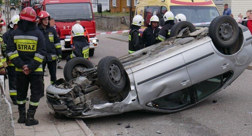 Wypadki drogowe, Niefortunne zderzenie Małym Płocku wylądował dachu [FOTO] - zdjęcie, fotografia