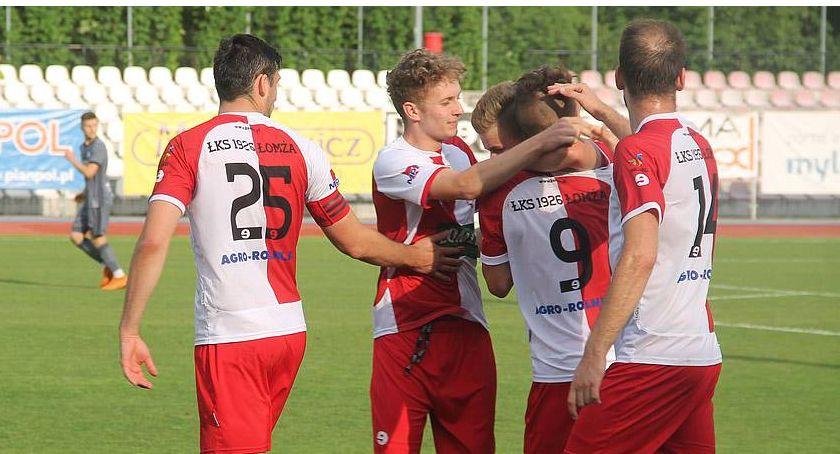 Piłka nożna, Łomża Pierwsze zwycięstwo biało czerwonych - zdjęcie, fotografia