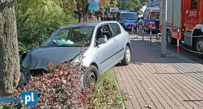 Wypadki drogowe, Toyota uderzyła drzewo Legionów [FOTO] - zdjęcie, fotografia