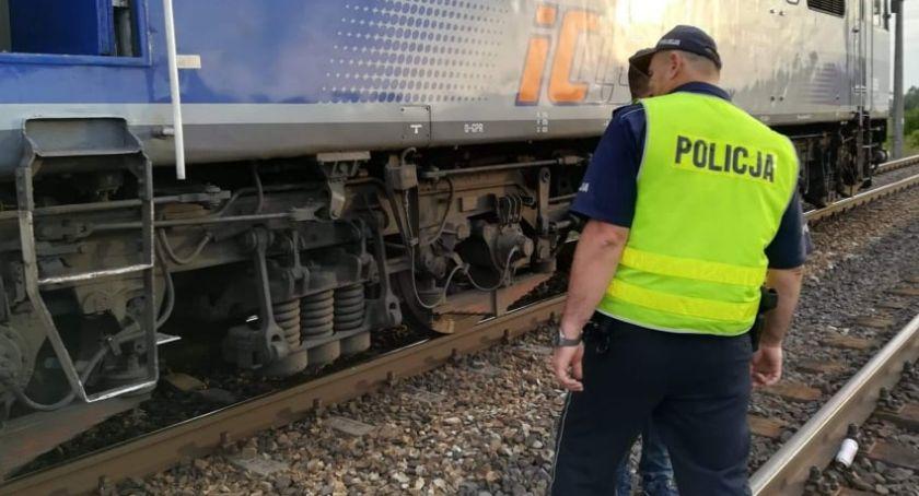 Wypadki drogowe, Śmierć niestrzeżonym przejeździe młode osoby potrącone przez pociąg! [FOTO] - zdjęcie, fotografia