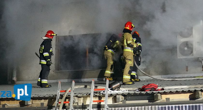 Pożary i interwencje straży, Łomża Nocny pożar stolarni akcji kilka zastępów straży [FOTO] - zdjęcie, fotografia