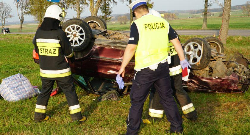 Wypadki drogowe, Groźne dachowanie gminie Jedwabne Kierowca trafił szpitala [FOTO] - zdjęcie, fotografia