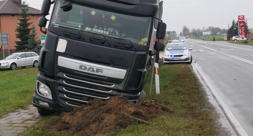 Wypadki drogowe, Zderzenie drodze śmierci Ciężarówka wypadła drogi [FOTO] - zdjęcie, fotografia