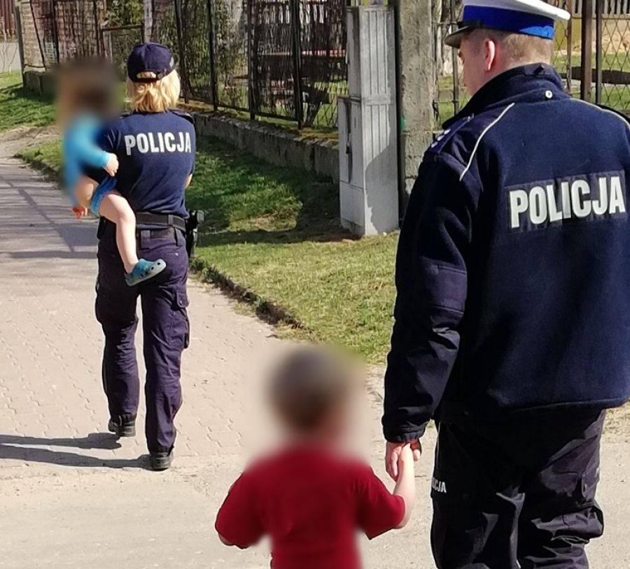 Newsy, Policjanci pomogli dzieciom bezpiecznie trafić - zdjęcie, fotografia