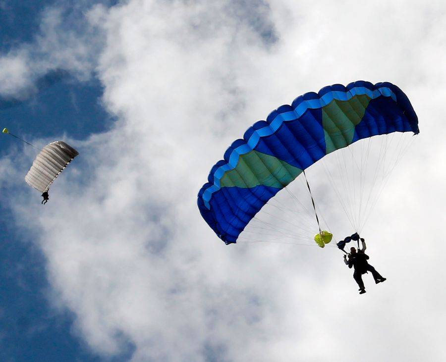 Łomża, Studenci Wyższej Szkoły Agrobiznesu skaczą spadochronem! [VIDEO FOTO] - zdjęcie, fotografia