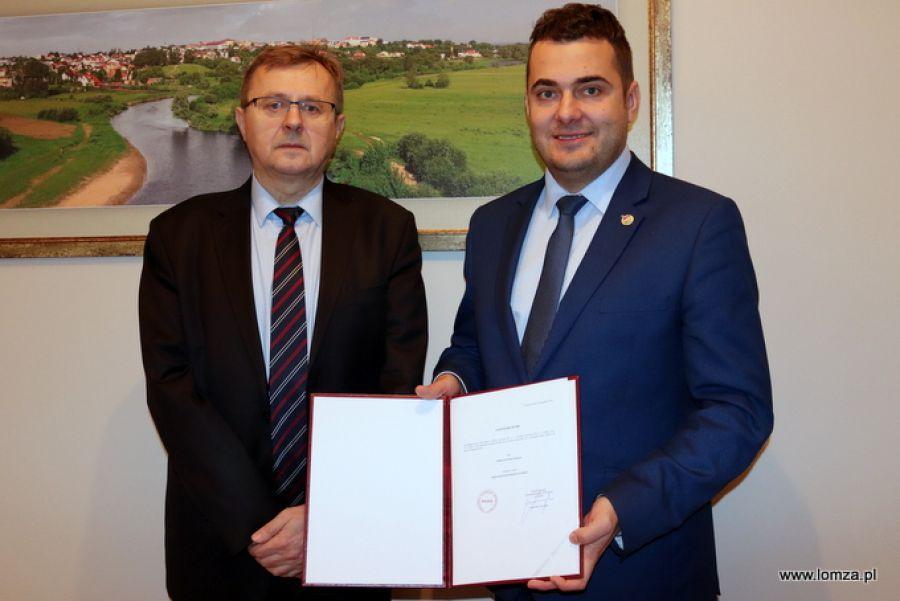 Prezydent Łomży, Mariusz Chrzanowski odebrał zaświadczenie wyborze prezydenta Łomży - zdjęcie, fotografia