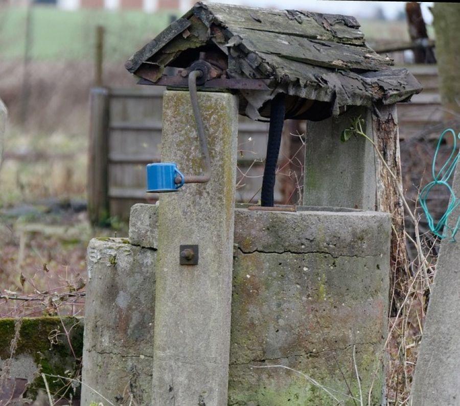 Kronika kryminalna, studni znaleziono zwłoki - zdjęcie, fotografia