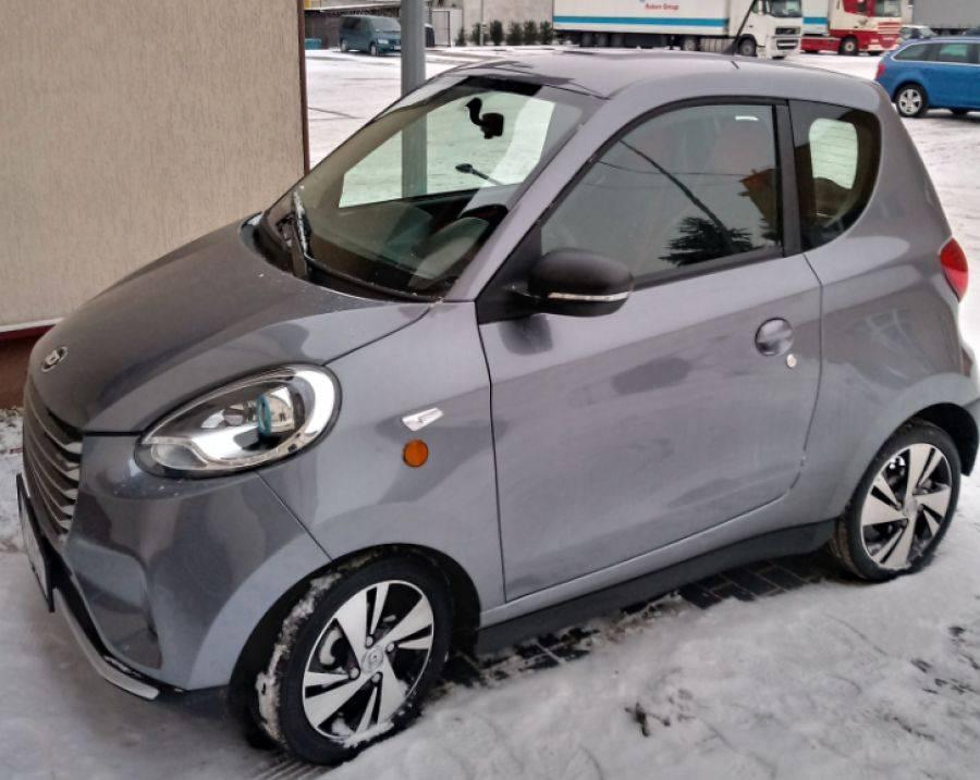 Newsy, testuje elektryczny samochodzik - zdjęcie, fotografia