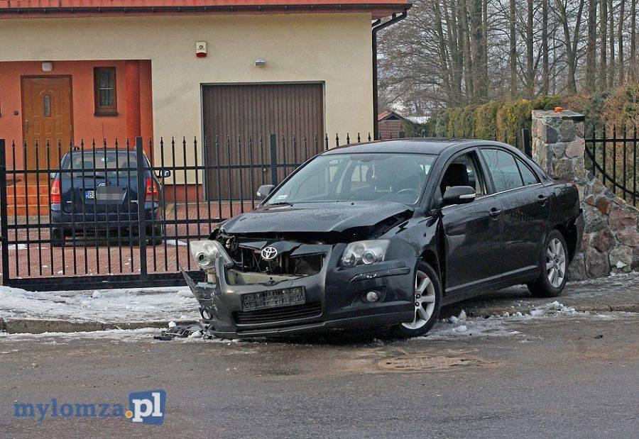 Wypadki drogowe, Wjechała ogrodzenie [FOTO] - zdjęcie, fotografia