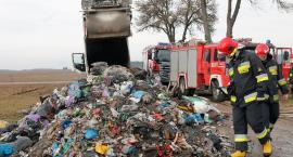 Odpady na drodze. Śmieciarka mogła się zapalić [FOTO]