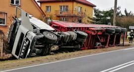 Kierowca chciał uniknąć wypadku. TIR wylądował w rowie [FOTO]