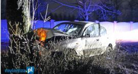 Janczewo: Auto na drzewie. Dwie osoby w szpitalu [FOTO]