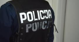 Złodziej na widok policji schował się za wersalką i nie chciał wyjść