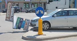 Łomża: Kierowca staranował znaki na rondzie [FOTO]